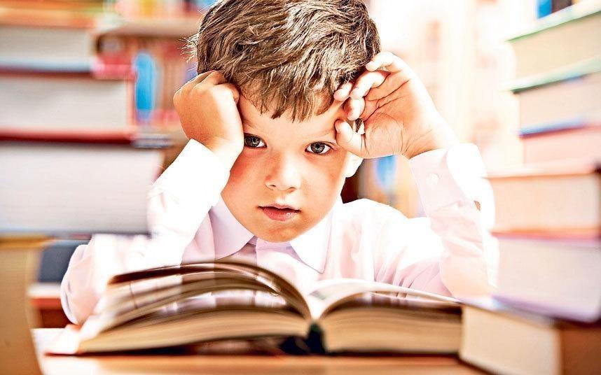 """""""Eğer disleksi okuma yazma ile ilgili bir zorluksa, yazı icat edilmeden önce disleksikler ne yapıyordu? Disleksinin evrimsel açıklaması nedir?"""" diye düşünen zeki bir disleksik çocuk."""