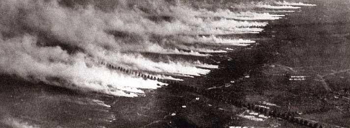 Ypres, 22 Nisan 1915'te silindir vanalarının açılıp gazın salındığı an.