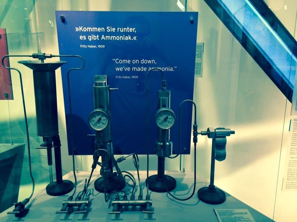 Berlin'de bulunan Yahudi Müzesindeki (Jüdisches Museum Berlin) tek bilimsel gösterim parçası, Fritz Haber'in amonyak üretim prosesi düzeneğidir. Düzinelerce Yahudi bilim insanı arasından sadece onun düzeneğine yer verilmesi, amonyak üretiminin tarihi ve toplumsal değerini göstermektedir.