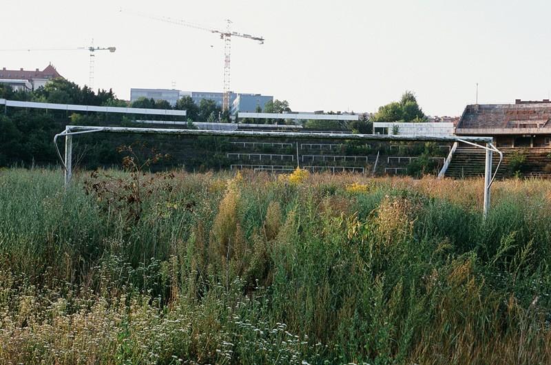 Terk edilmiş bir stadyumun görüntüsü...