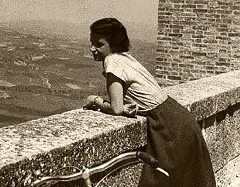 Yukarıdaki fotoğraf 1950 yılının bahar aylarında, arkadaşı Vittorio Luzzati tarafından Tuscan arazisinde çekilmiştir.
